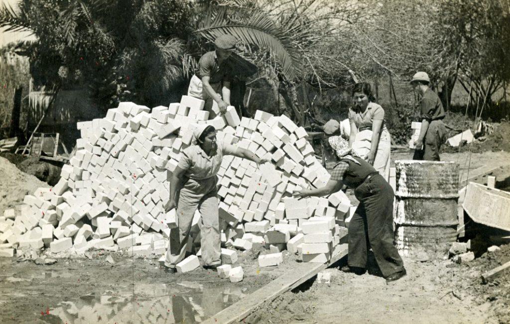 נשים חלוצות ביעבודות בניין, פתח תקווה, שנות ה 40