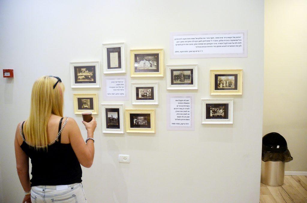 קיר הכניסה לבית עליו תלויות אוסף של תמונות ממוסגרות