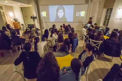 תמונה של קבוצת מבקרים מבית ספר תיכון בעת ביקור בבית שיח נשים