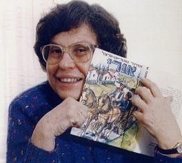 אסתר שטרייט וורצל מחזיקה את ספרה אורי
