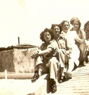מתנדבות מאלבום התמונות של אילנה אביבי, מתוך אתר פיקיויקי