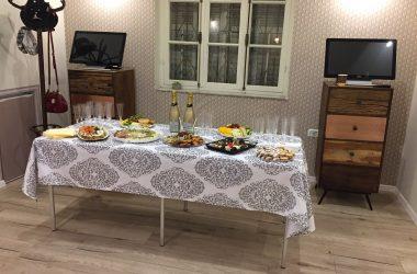 שולחן כיבוד ערוך בבית שיח נשים
