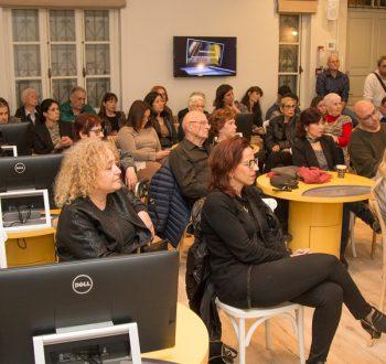קהל מבקרים במהלך פעילות בבית שיח נשים