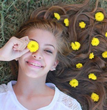 נערה צעירה בגיל בת מצווה עם פרחים בשיערה